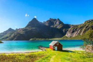 Waterside hut in Lofoten